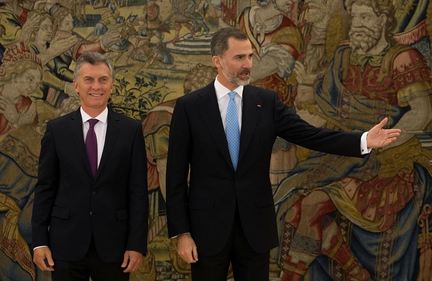 El presidente argentino, Mauricio Macri, junto a el Rey Felipe de España en el Palacio de la Zarzuela, en Madrid (Reuters)