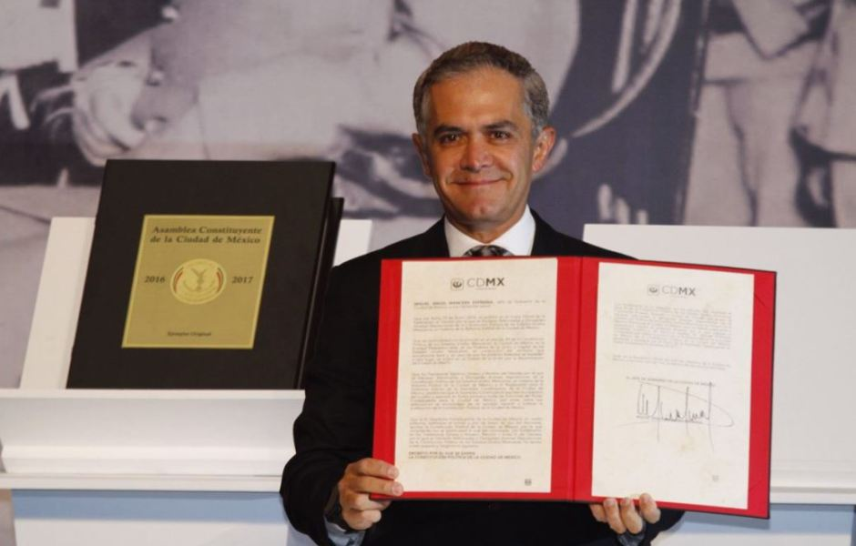 El jefe de Gobierno de la Ciudad de México firmó la primera Constitución de la Ciudad de México el pasado 5 de febrero (@GobCDMX, archivo)