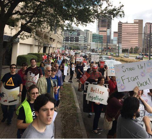Los carteles que portaban los manifestantes mostraban su inconformidad con el presidente Donald Trump (Twitter/@harrisdemocrats)