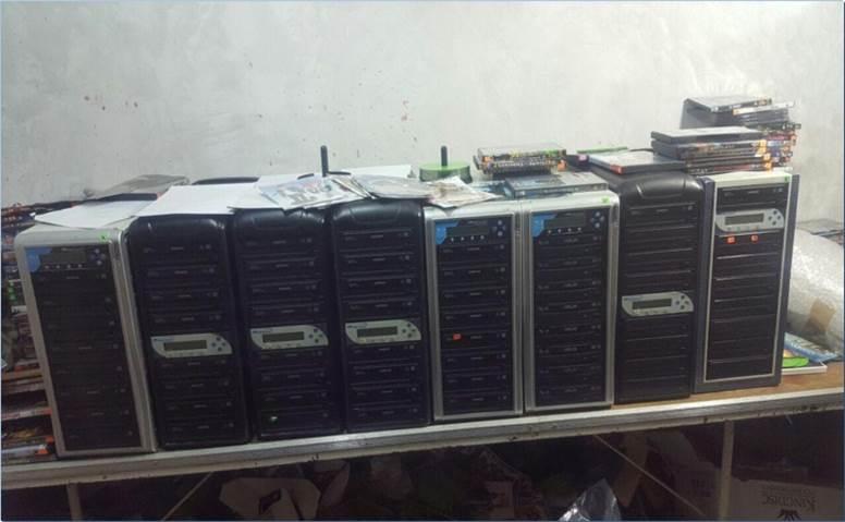Material asegurado en varios inmuebles donde se producía 'piratería'; la Policía Federal encuentra 'discos piratas' de música y video (CNS)