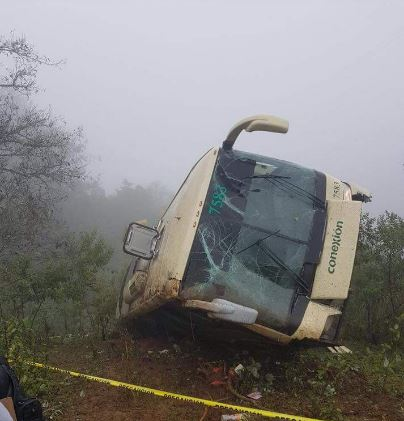 Al lugar acudieron equipos de emergencia de Huejutla y Tlanchinol para atender a los heridos que fueron trasladados a diferentes hospitales de la zona (Noticieros Televisa)