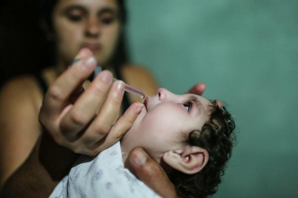 Una madre medica a su hija que nació con microcefalia en Brasil (Getty Images, archivo)