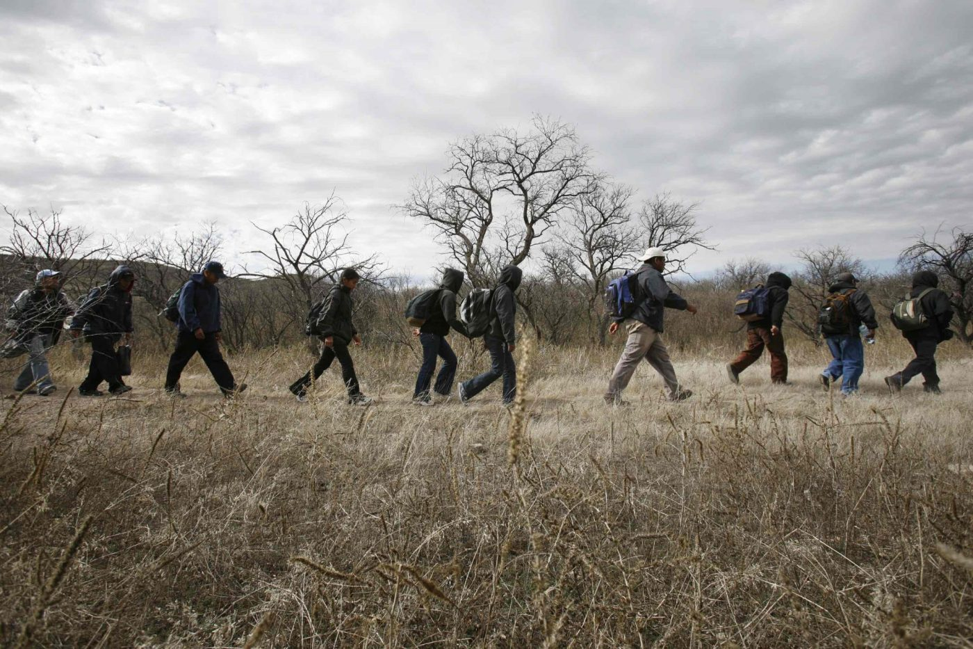 Un grupo de inmigrantes caminan por el desierto hacia la frontera con EE.UU. Cerca de Sasabe, México.