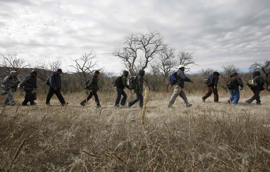 Un grupo de inmigrantes caminan por el desierto hacia la frontera con Estados Unidos. (Archivo/AP )