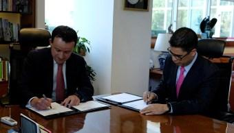 Mikel Arriola, director del IMSS; Osvaldo Santín, director del SAT, firman un convenio de colaboración. (IMSS)