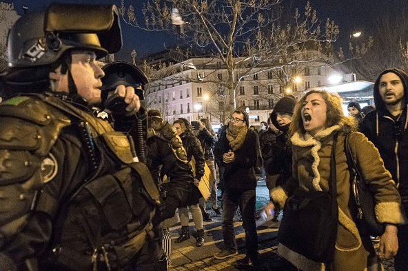 Miles de personas protestan en las calles de París por la violencia de un agente francés.