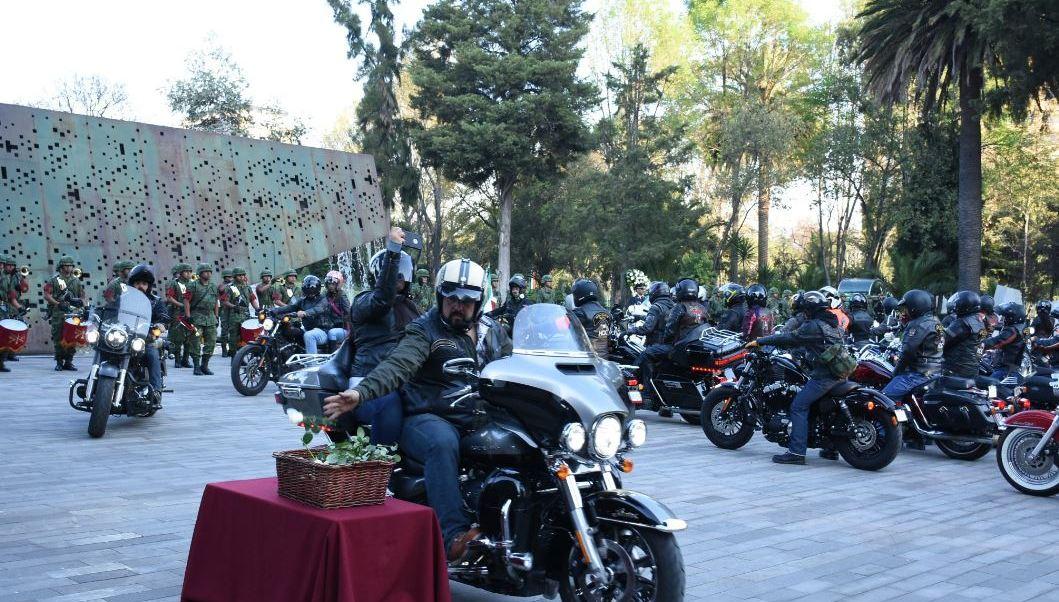 """Los motociclistas de la rodada por el Ejército y la Fuerza Aérea partieron a la Ciudad de Querétaro para observar la exposición """"Fuerzas Armadas: pasión por servir a México"""" (Twitter/@SEDENAmx)"""