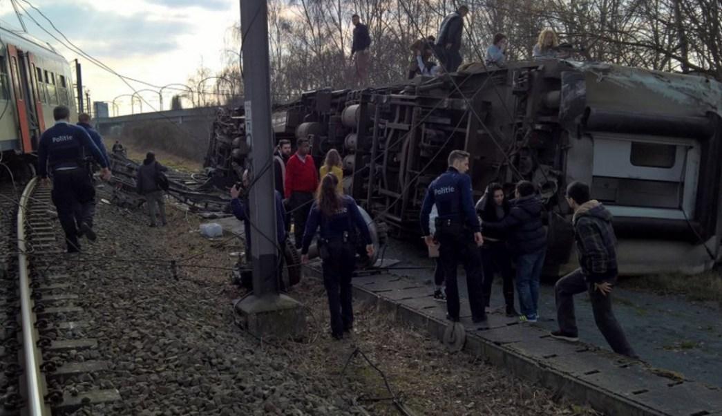 Las fotos publicadas en Internet captan la parte lateral de un vagón de tren de pasajeros después de descarrilar cerca de Bruselas, Bélgica (Instagram @WorldNews)