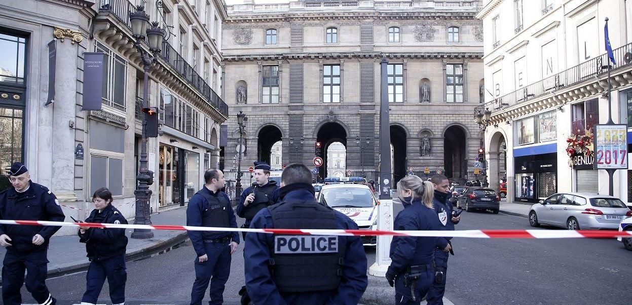 El museo fue desalojado y resguardado como medida de seguridad.