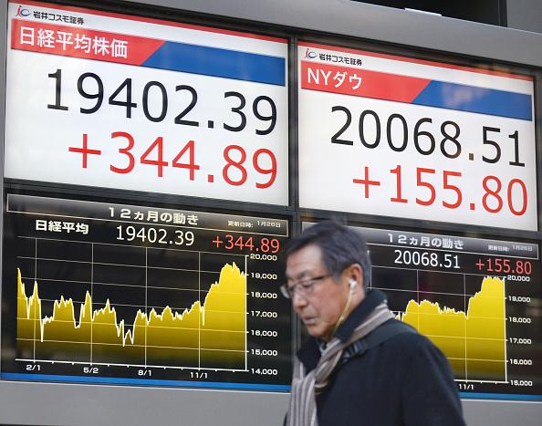 Tablero electrónico muestra el avance de la Bolsa de Tokio (Getty Images)