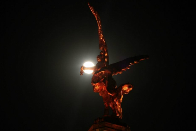 La Luna llena pude ser visible durante el eclipse ya que no se oscureció totalmente (Notimex)