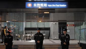 Operativo en el metro de Hong Kong, tras incendio intencional en un vagón. (AP)