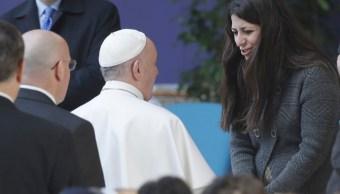 El papa Francisco se reúne con una refugiada siria en la universidad estatal Roma Tre. (AP)
