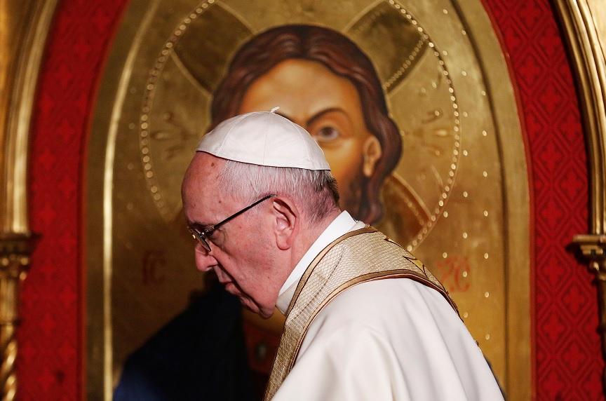 El papa Francisco pasa delante de un icono de Cristo durante su visita La Iglesia Anglicana de Todos los Santos en Roma (Reuters)