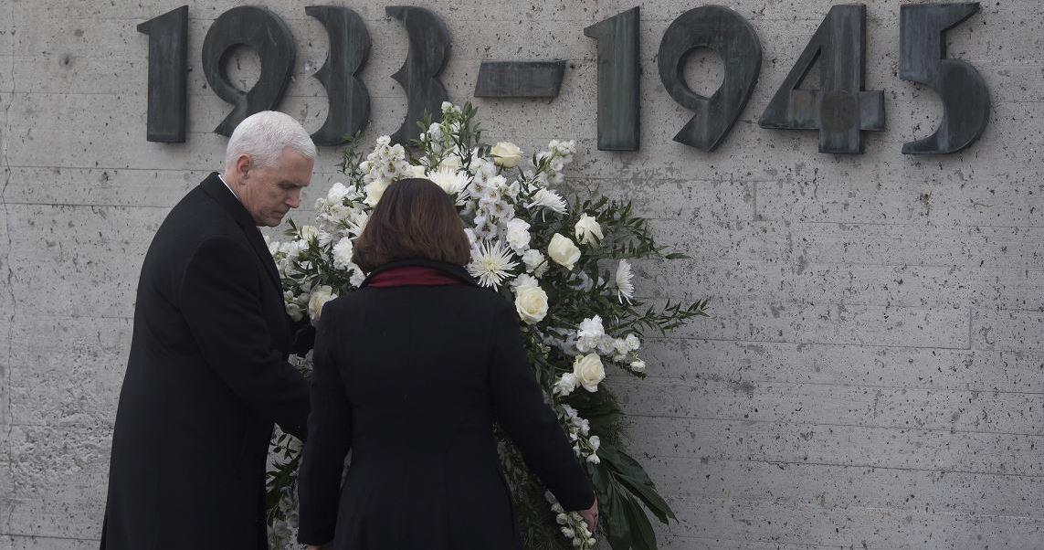 El vicepresidente estadounidense, Mike Pence, y su esposa Karen depositan una corona de flores para conmemorar a las víctimas nazis durante una visita al antiguo campo de concentración en Dachau, cerca de Múnich, Alemania. (AP)
