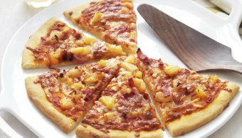 Genera polémica en Islandia el disgusto por la pizza con piña que experimenta el presidente Gudni Th. Johannesson (Foto foodtolove.com.au)