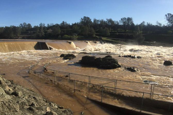 Videos: Represa colapsa en California y obliga a evacuación masiva