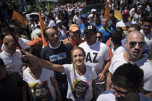 Lilian Tintori, esposa del líder de la oposición venezolana Leopoldo López, se reúne para conmemorar el tercer aniversario del encarcelamiento de su esposo en Caracas, Venezuela (Getty Images)