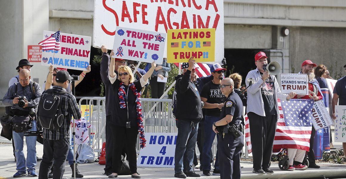 Manifestantes que apoyan los órdenes ejecutivas del presidente Donald Trump que prohiben la entrada a Estados Unidos de personas originarias de siete países de mayoría musulmana. (AP, archivo)