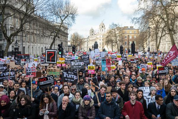 Miles de manifestantes con pancartas participan en una manifestación contra Donald Trump, en Londres, Inglaterra (Getty Images)