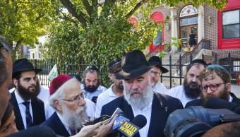 El rabino Shea Hecht, a la izquierda, y Norman Rosenbaum, centro, celebran una rueda de prensa sobre violencia racial (AP/archivo)