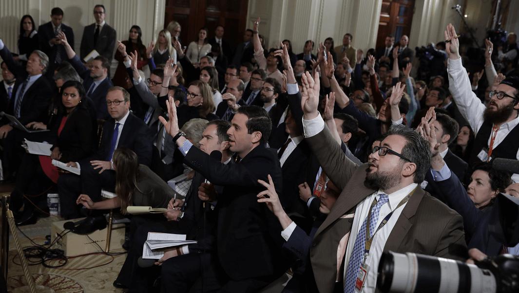 Reporteros durante conferencia de prensa de Donald Trump en la Casa Blanca. (AP)
