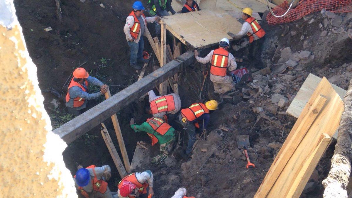 Rescatan a personas atrapadas por la caída de una barda en la avenida Miguel Ángel de Quevedo. (Twitter@FaustoLugo)