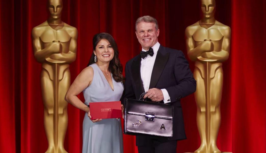 Martha Ruiz y Brian Cullinan, colaboradores del despacho de auditores Price Waterhouse Coopers (PwC/YouTube)