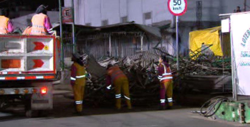 Autoridades capitalinas retiran puestos ambulantes en el Eje 1 Norte, entre el Metro Garibaldi y La Lagunilla. (Noticieros Televisa)