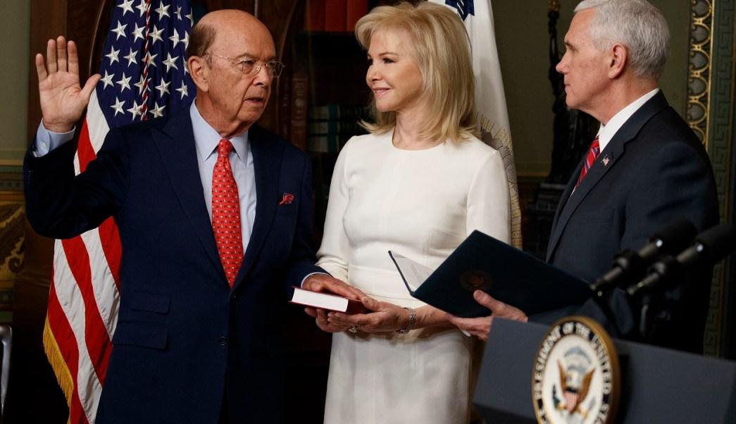 El vicepresidente de Estados Unidos, Mike Pence, toma juramento a Wilbur Ross como secretario de Comercio; el funcionario dice que se apresurará la renegociación del TLCAN (AP)