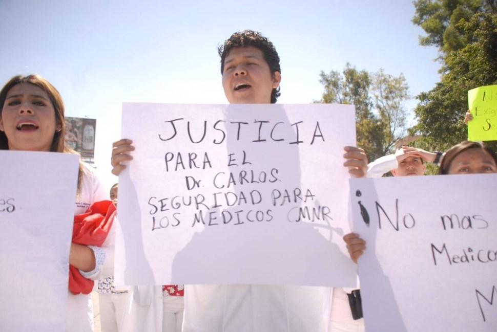 Este viernes, 24 de febrero de 2017, cientos de médicos del Centro Médico Nacional La Raza se manifestaron para exigir justicia para Carlos, pero también seguridad en la zona del hospital. (S Servín S, Noticieros Televisa)