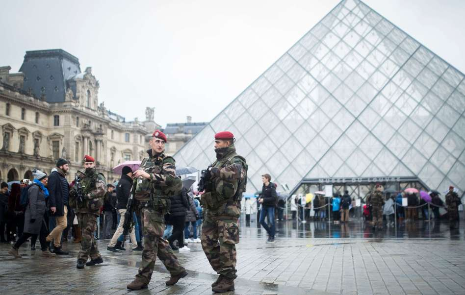 Soldados franceses custodian el Museo de Louvre.