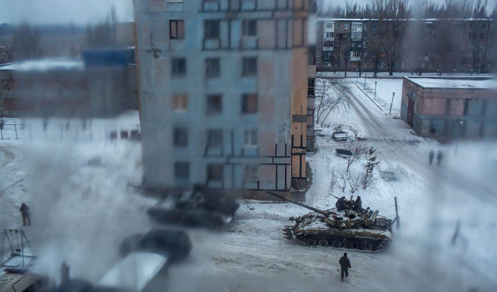 Soldados ucranianos patrullan las calles de Avdiivka.