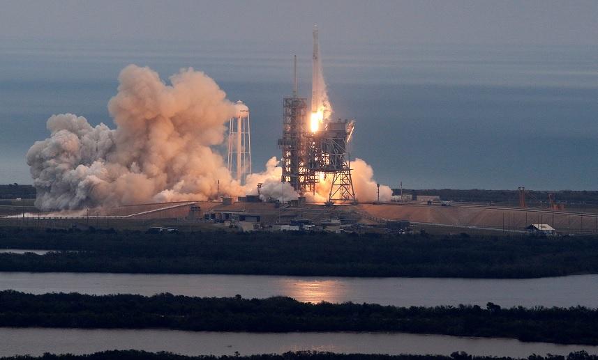 Un cohete Falcon 9 de SpaceX se dirige a una misión de suministro a la EEI desde la histórica plataforma de lanzamiento 39A en Cabo Cañaveral (Reuters)
