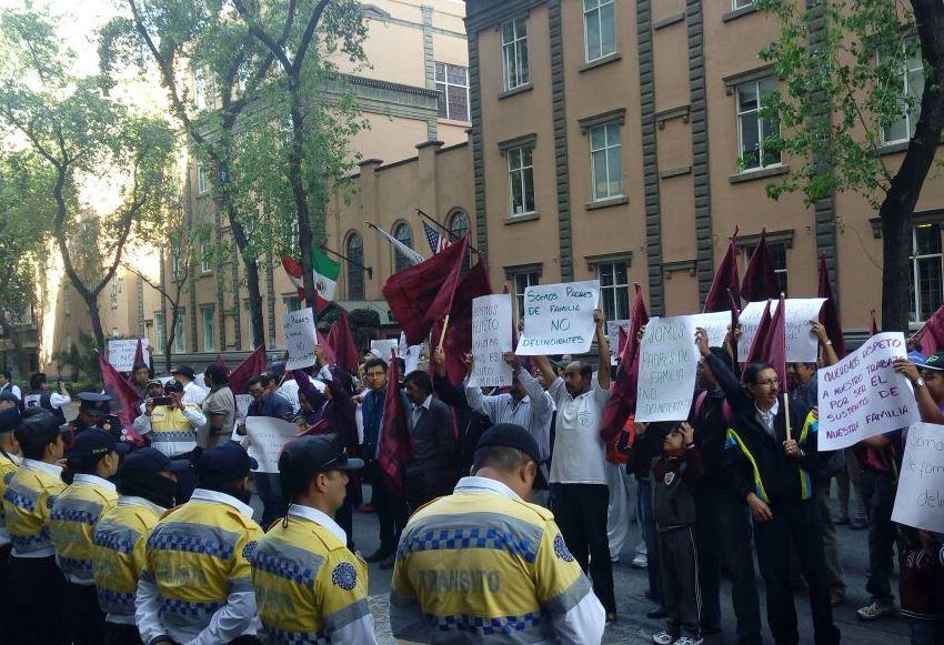 """La Policía capitalina desalojó a un grupo de taxistas de la organización """"Pantera"""" que se manifestaba frente al edificio de la SSP-CDMX. (@SeGobCDMX)"""