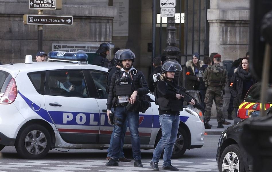 Autoridades investigan si el detenido tiene relación con el atacante de un militar.