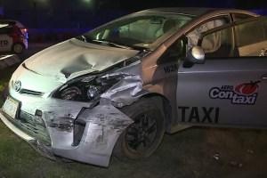 Vehículo impactado por un tráiler que viajaba a exceso de velocidad en Miguel Alemán y Isidro Sepúlveda, en el municipio de Apodaca, Nuevo León