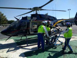 Pilotos de la Dirección General de Servicios Aéreos trasladan a hombre de 55 años lesionado en el fémur de ambas piernas por caída de barda. (@SSP_CDMX )