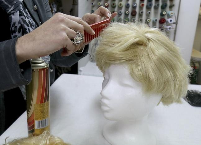 Tiendas de alquiler de trajes en Austria peinan pelucas para imitar el peinado del presidente de EU (AP)