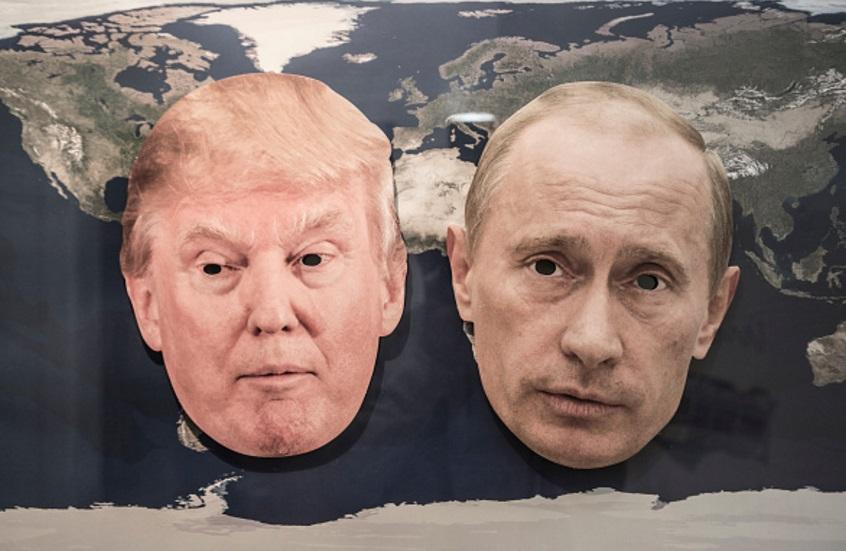 Donald Trump y el presidente ruso Vladimir Putin en un mapa del mundo (Getty Images)