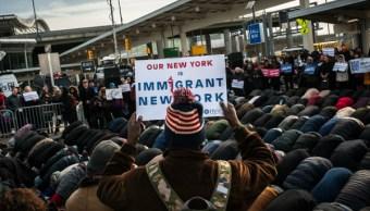Miles de personas prtestaron en el aeropuerto JFK contra el veto migratorio del presidente Donald Trump. (Getty Images)