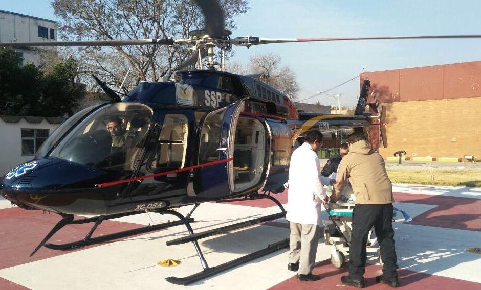 Un helicóptero del agrupamiento Cóndores traslada a una persona, quien sufrió un infarto. (Twitter @SSP_CDMX)