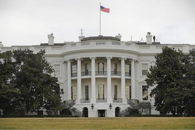 Una bandera de Estados Unidos ondea en la Casa Blanca.