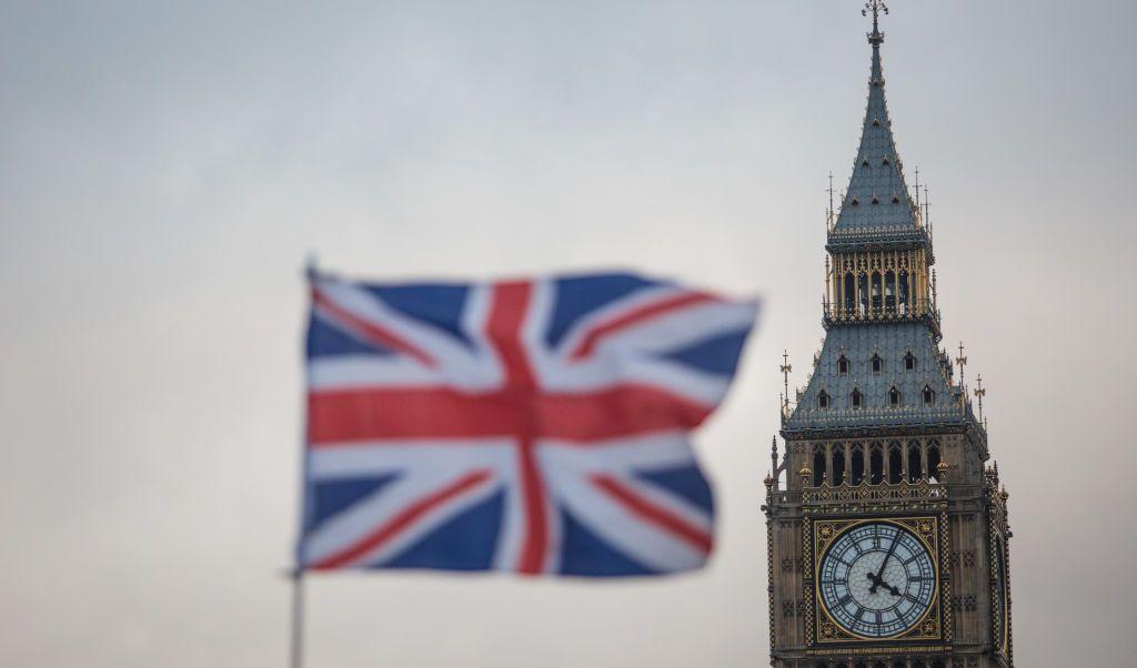 Una bandera ondea en frente de la Torre Elizabeth, comúnmente conocida como Big Ben.