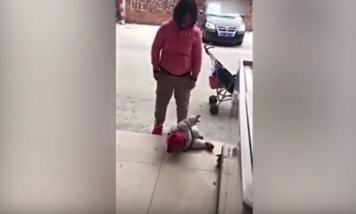 Una mujer provincia china de Guangdong patea a su hija.