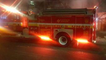 Un bombero de la UNAM resulto lesionado al caer a un desnivel de 3 metros de profundidad cuando laboraba en la extinción de las llamas (Twitter/@alertasurbanas)