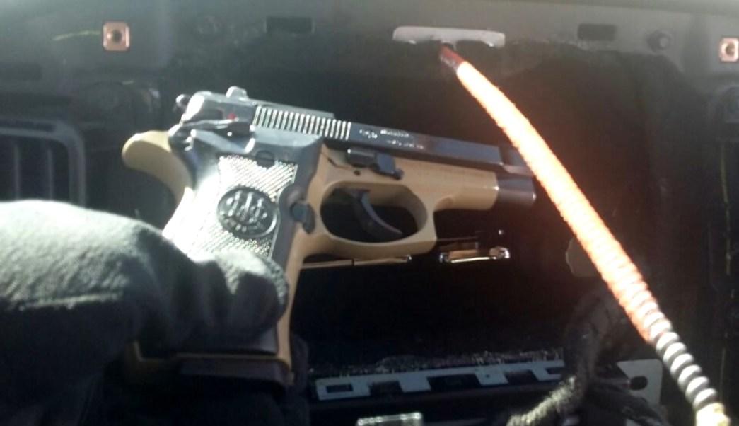 La Policía Federal detiene a un hombre que transportaba armas de fuego en Sonora dentro del compartimento oculto de un vehículo en Sonora.