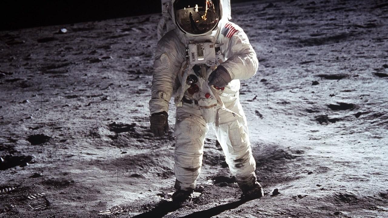 El astronauta Edwin E. Aldrin Jr. camina cerca del módulo lunar durante la actividad extravehicular de Apolo 11, el 20 de julio de 1969 en la Luna. (Getty Images/archivo)