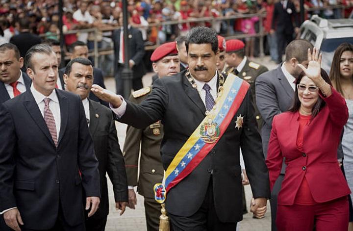 Nicolás Maduro, presidente de Venezuela, acompañado por su esposa Cilia Flores, a la derecha, y Tareck El Aissami, vicepresidente de la nación sudamericana (Getty Images/archivo)
