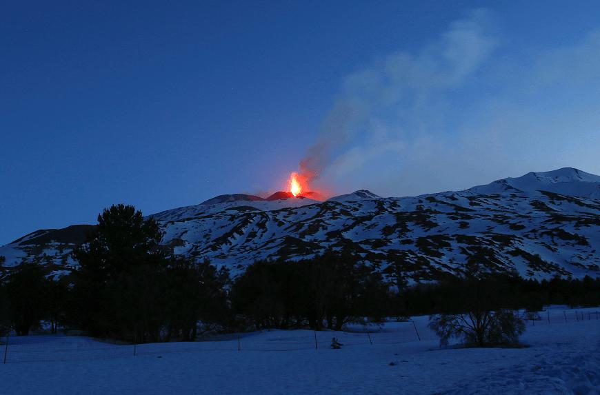 Vista de la erupción del volcán Etna en Sicilia, Italia. (Reuters